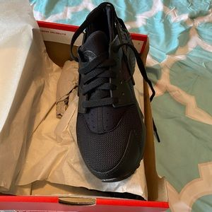 NWOT black Huaraches by Nike